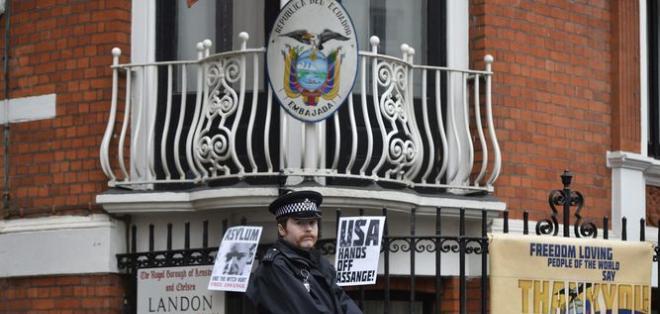 LONDRES, Reino Unido.- La fiscalía sueca anunció que archivaba la causa por violación contra Assange. Foto: AFP.