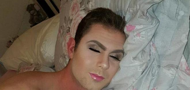 Stephen se quedó dormido y ella aprovechó para maquillarlo. Foto: Facebook  NATALIE WEAVER
