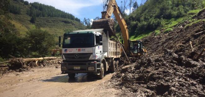 Desde temprano la Prefectura trabajaba en la limpieza de la vía Zhucay, en Cuenca. Foto: TW de GADTarqui