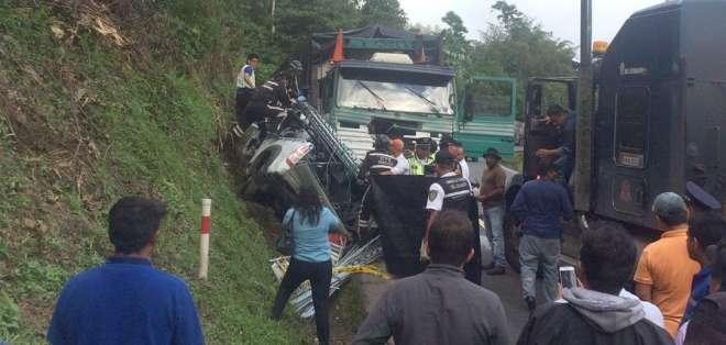 SANTO DOMINGO, Ecuador.- Según reporte del ECU 911, el choque se produjo entre un camión y una camioneta. Foto: Twitter usuario Fernando Santamaría