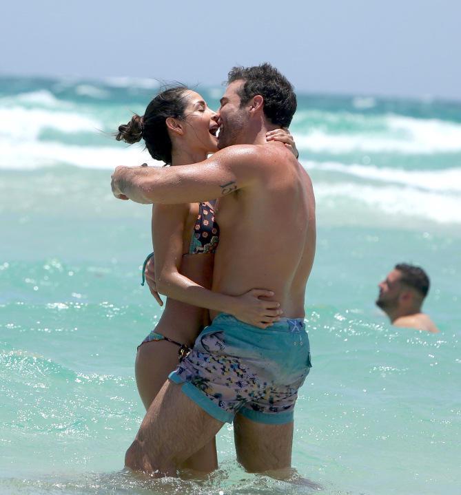 MIAMI, EE.UU.- Los actores filmaron una candente escena en las playas de Miami. Foto: Tomado de Telemundo.