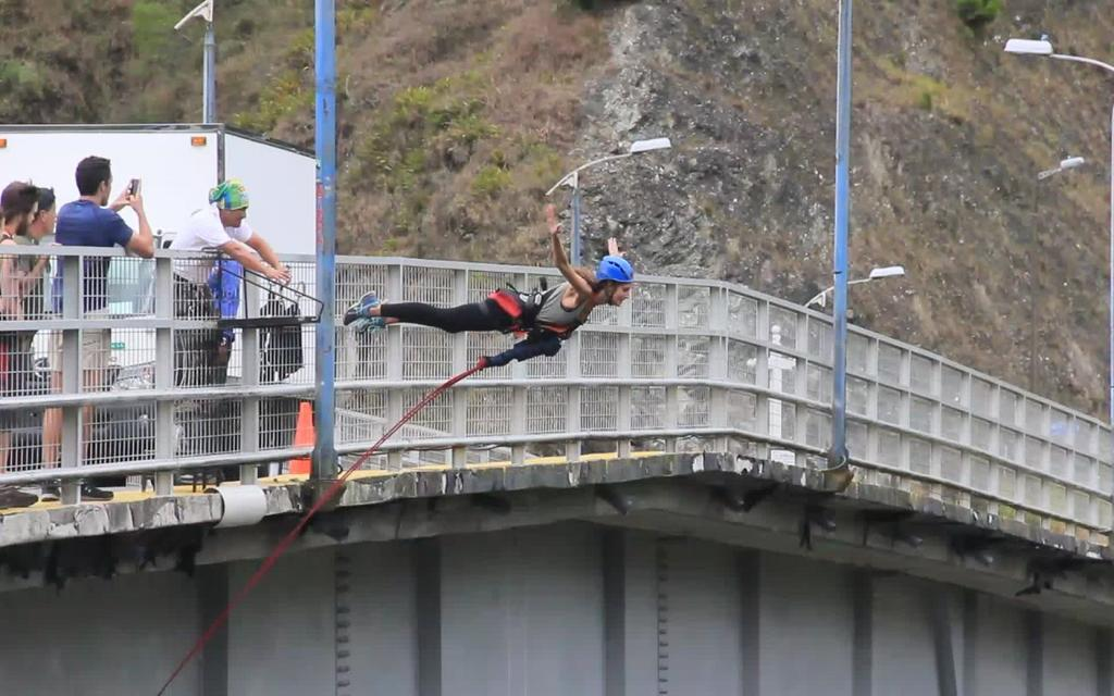 BAÑOS, Ecuador.- El gobierno municipal decidió suspender la actividad de salto del puente en el sector de San Francisco, mientras se desarrollan las investigaciones. Foto referencial de la zona