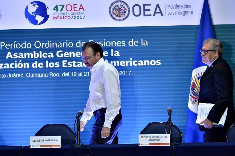 El Ministro de Relaciones Exteriores de México, Luis Videgaray, y el Secretario de la OEA, Luis Almagro, arriban a la sala de prensa de la organización. FOTO: AFP
