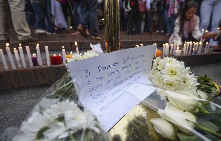 COLOMBIA.- Con ramos de flores y en medio de las lágrimas, decenas de personas homenajearon este 19 de junio de 2017 a la joven francesa fallecida en el atentado al centro comercial de Bogotá. Foto: AFP