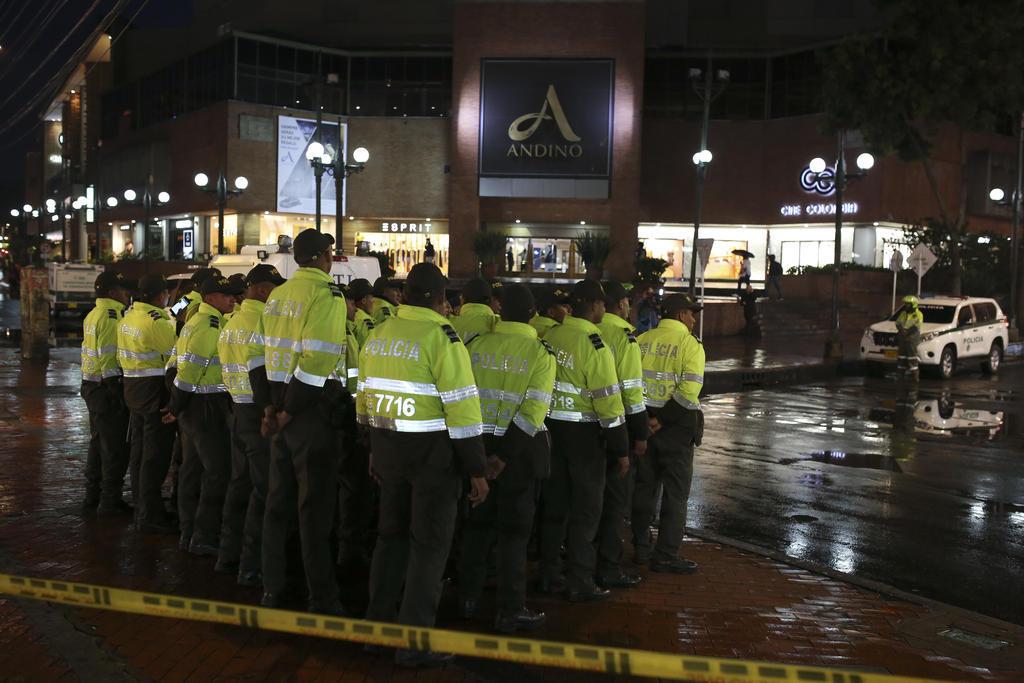 Policías afuera del centro comercial Centro Andino en Bogotá, Colombia, tras el atentado. Foto: AP