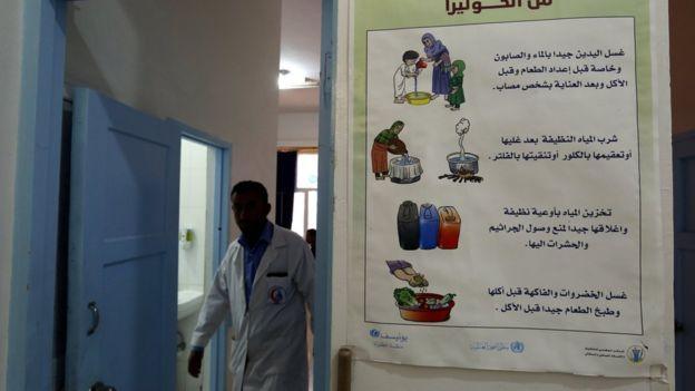 Lavarse las manos con agua limpia, beber agua limpia y comer alimentos que hayan sido cocinados o hervidos ayuda a prevenir la infección. Foto: BBC