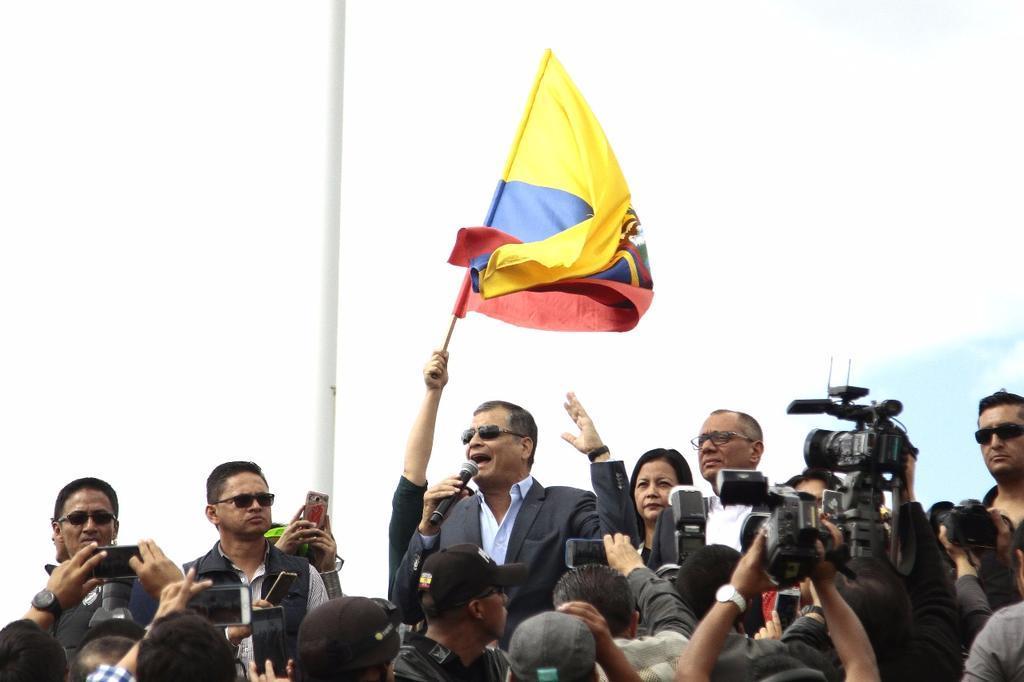 QUITO, Ecuador.- El expresidente pronunció un discurso ante simpatizantes de PAIS concentrados en el aeropuerto de la capital, en Tababela. Foto: API