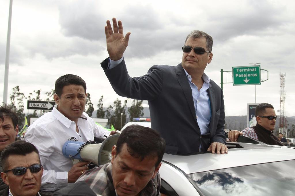 QUITO, Ecuador.- El expresidente arribó vía terrestre al aeropuerto de la capital, ubicado en el sector de Tababela. Foto: API