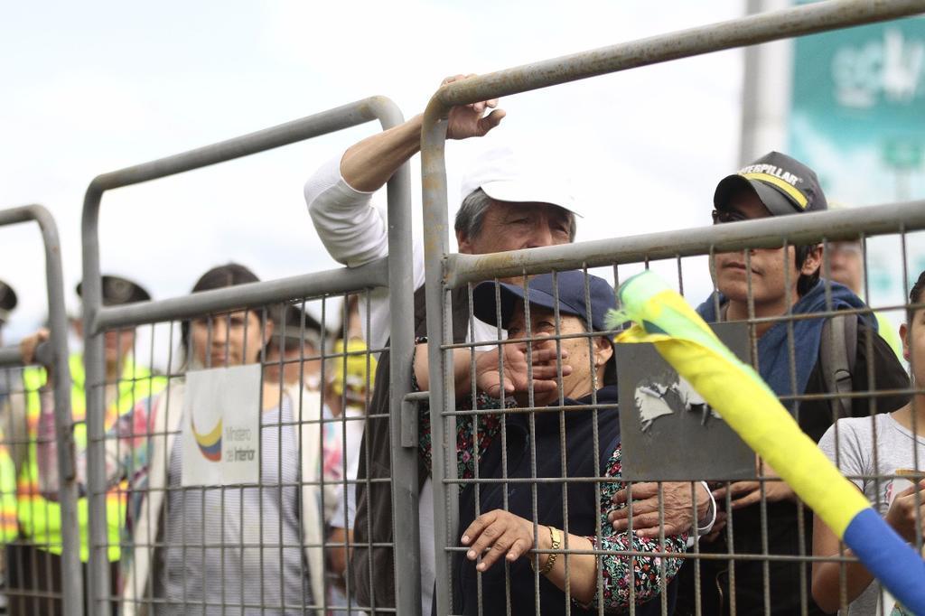 QUITO, Ecuador.- Decenas de simpatizantes de varias provincias del país se concentraron en los alrededores de la terminal aérea para despedir al expresidente Correa. Foto: API
