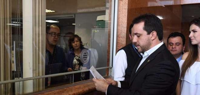 QUITO, Ecuador.- El asambleísta de esa bancada, Roberto Gómez, entregó en la Asamblea Nacional la documentación. Foto: API