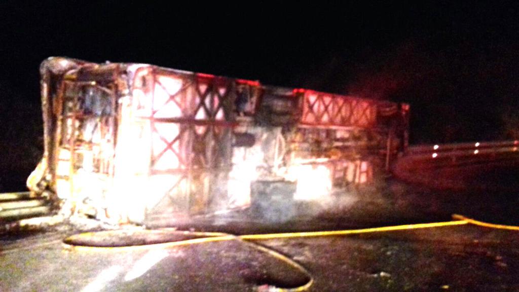 SANTO DOMINGO, Ecuador.- Un bus de transporte público que cubría la ruta Quito-La Maná se incendió y dejó 14 fallecidos. Foto: ECU 911