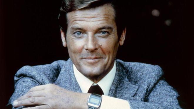 Armado con su encanto natural, James Bond prácticamente puede salirse con la suya en todas las ocasiones.
