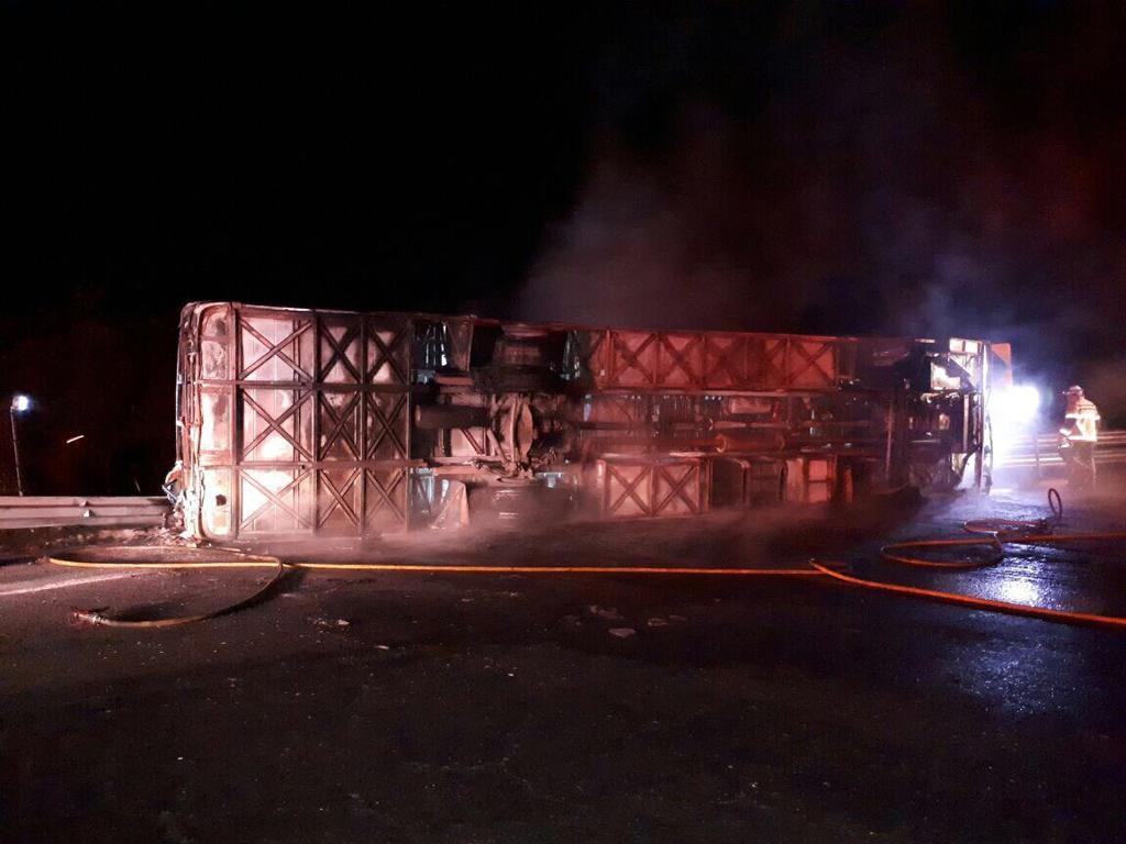 El bus de la cooperativa La Maná chocó y se incendió en circunstancias no esclarecidas. Foto: Twitter Estebán Cárdenas V.