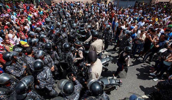 Acusan a colectivo chavista de atacar en moto a los votantes y a los miembros de una mesa. Foto: Tomado de Twitter TVN Noticias.