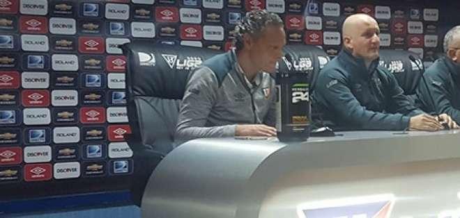 Esteban Paz (i.) aseguró que le sorprendió la actitud de Gustavo Munúa. Foto: Tomada de la cuenta Twitter @LDU_Oficial