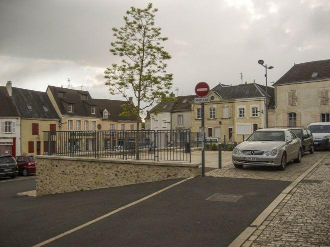 Authon-du-Perche es una localidad ubicada a unos 150 kilómetros de París.