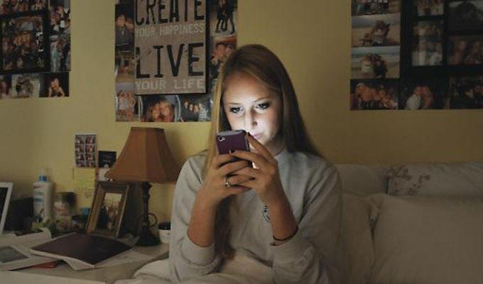La menor se había citado con uno de los agresores la misma noche en que su progenitor halló los mensajes. Foto: referencial