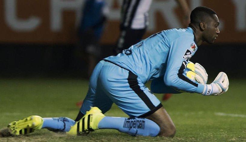 El ecuatoriano Alexander Domínguez sumó sus primeros minutos en el arco de Colón.