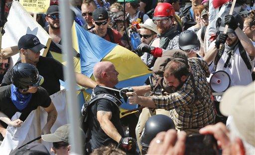 Nacionalistas blancos y contramanifestantes se enfrentan a la entrada del parque Lee en Charlottesville, Virginia, el sábado 12 de agosto de 2017. Foto: AP