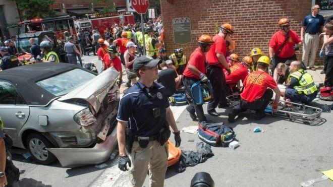 Una mujer murió y 19 personas resultaron heridas cuando un auto arremetió contra una marcha opositora a los ultranacionalistas en Charlottesville, Virgina.