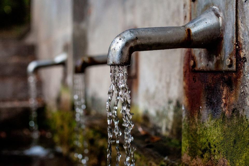 PARÍS, Francia.- Teniendo en cuenta que una persona bebe entre dos y tres litros de agua al día, podría ingerir entre 3.000 y 4.000 micropartículas cada año. Foto: Pixabay.