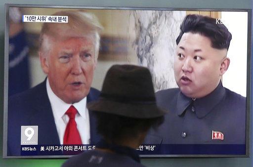 En esta fotografía de archivo del 10 de agosto de 2017, un hombre observa una pantalla en la que se ve al presidente de Estados Unidos, Donald Trump, y al gobernante de Corea del Norte, Kim Jong Un, durante un programa noticioso en la estación ferroviaria en Seúl, Corea del Sur. Foto: AP