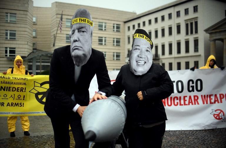 """Los activistas de la organización no gubernamental """"Campaña Internacional para la Abolición de las Armas Nucleares (ICAN)"""" posan con un misil simulado delante de la embajada de República Popular Democrática de Corea en Berlín, el 13 de septiembre de 2017. Foto: AFP"""