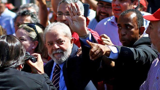 CURITIBA, Brasil.- Lula da Silva, a su llegada a los tribunales para su segunda declaración ante el juez Sergio Moro. Foto: AFP.