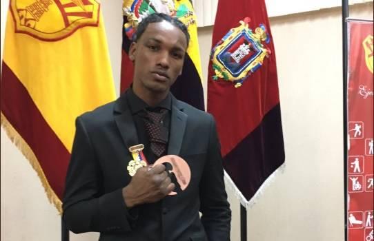 El boxeador se convirtió en el primer ecuatoriano en conseguir una medalla mundial. Foto: Tomada de la cuenta Twitter @PrensaCDP
