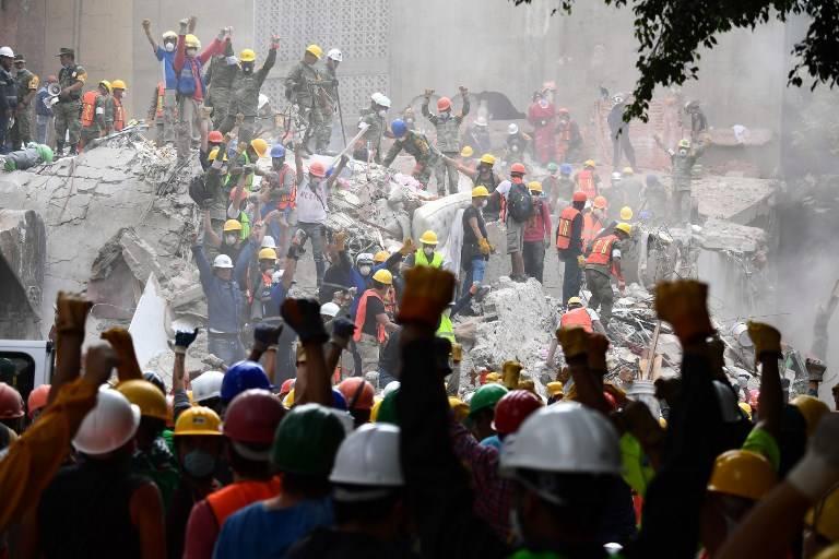 Los rescatistas hacen la señal de silencio durante la búsqueda de sobrevivientes en la Ciudad de México el 21 de septiembre de 2017. Foto: AFP