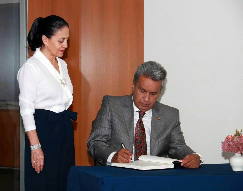 El primer Mandatario firma el libro de visitas de la ONU, acompañado de su esposa, Rocío González. Foto: Presidencia