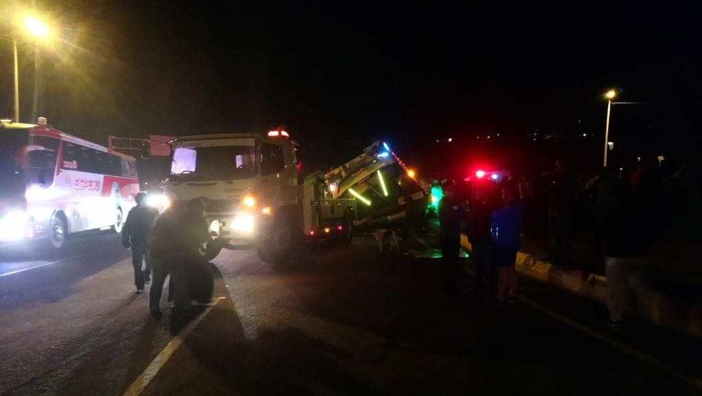 OTAVALO, Ecuador.- Un informe preliminar indica que el vehículo perdió pista y se volcó sobre la calzada. Foto: Twitter Policía Nacional.