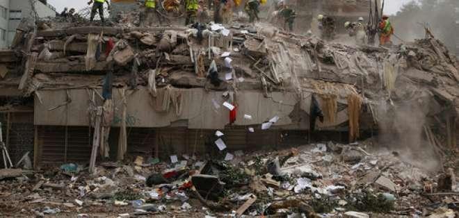 En esta fotografía del lunes 25 de septiembre de 2017, varias personas retiran escombros de un edificio que colapsó por el sismo de magnitud 7,1 que remeció el centro de México el 19 de septiembre de 2017. Foto: AP