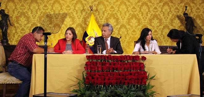 QUITO, Ecuador.- El primer mandatario, Lenín Moreno, y su equipo durante la firma de acuerdos indemnizatorios. Foto: Secom.