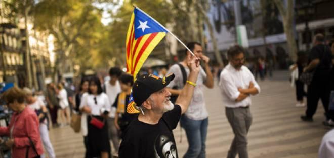 """Un hombre sostiene una bandera """"estelada"""", o la bandera independentista de Cataluña, mientras camina por las Ramblas en Barcelona el miércoles 4 de octubre de 2017. Foto: AP"""
