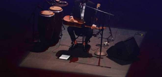 GUAYAQUIL, Ecuador.- El vocalista de Jarabe de Palo celebró su cumpleaños 51 con sus seguidores de Guayaquil. Foto: Franklin Navarro / Ecuavisa