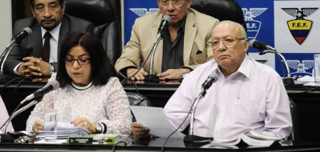 Carlos Villacís (c.), presidente de la FEF, hizo el anuncio oficial de la sanción. Foto: API