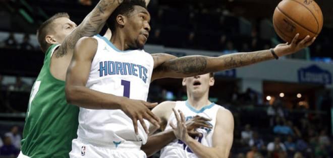 La NBA busca acelerar el ritmo del juego (baloncesto) y disminuir las pausas en el mismo. Foto: AP