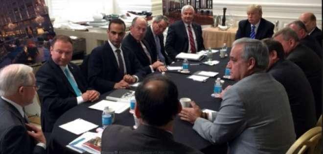 Esta imagen muestra a George Papadopoulos (3rd L) en una fotografía publicada en la cuenta de Instagram de Donald Trump (@realDonaldTrump) el 1 de abril de 2016 con un titular que decía que fue tomada durante una reunión de seguridad nacional de la campaña en Washington, DCUS el 31 de marzo de 2016 presidió por Donald Trump (2da R). Foto: AFP