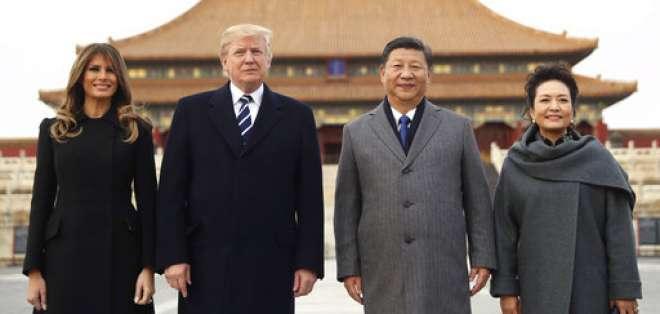 El presidente de Estados Unidos, Donald Trump, en el centro a la izquierda, y la primera dama, Melania Trump, a la izquierda; el presidente de China, Xi Jinping, en el centro a la derecha, y su esposa, Peng Liyuan, a la derecha, de pie durante una visita a la Ciudad Prohibida, el miérocles 8 de noviembre de 2017 en Beijing, China. Foto: AP