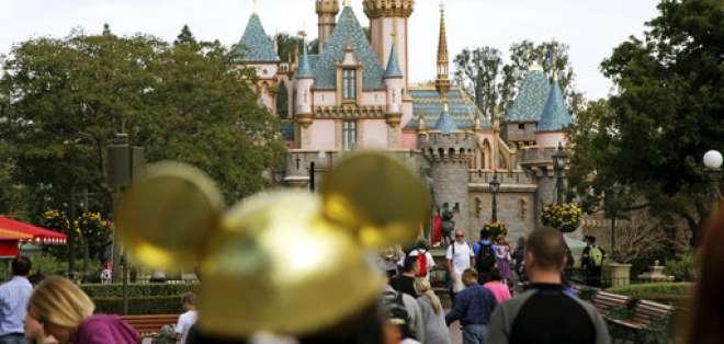 Fotografía de archivo del 22 de enero de 2015 de varios visitantes caminando cerca del Castillo de la Bella Durmiente en el parque Disneyland en Anaheim, California. Foto: AP