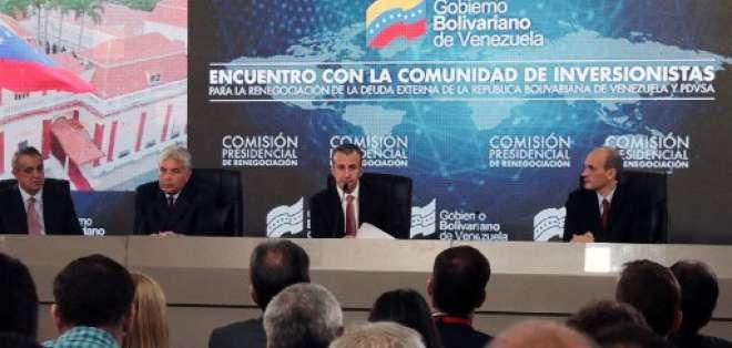 El vicepresidente venezolano Tareck El Aissami (C) habla durante una reunión con acreedores e inversionistas en Caracas el 13 de noviembre de 2017. Foto: AFP