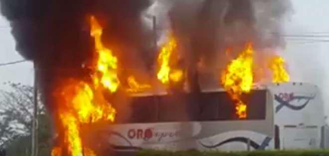 Un bus de la cooperativa Oro Express chocó contra una moto y luego se incendió.