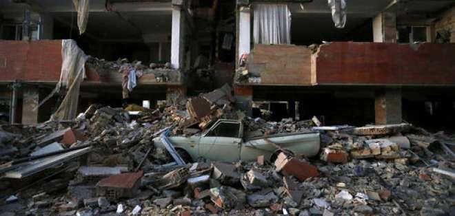 En esta imagen proporcionada por la Agencia de Noticias de Estudiantes Iraníes, ISNA, un auto aplastado por escombros tras un sismo en la ciudad de Sarpol-e-Zahab, en el oeste de Irán, el lunes 13 de noviembre de 2017. Foto: AP