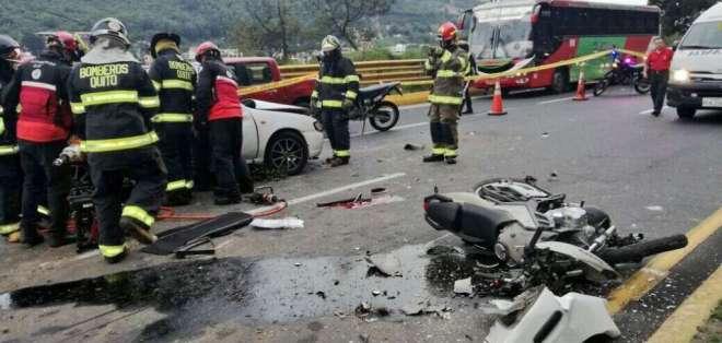 Accidente de tránsito entre dos vehículos y una motocicleta en la Autopista General Rumiñahui. Foto: Ecu 911