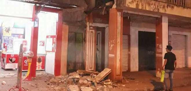 PASAJE, Ecuador.- Una pared colapsó tras el sismo reportado cerca de la media noche del viernes 17 de noviembre de 2017. Foto: Twitter CUPS Fire.