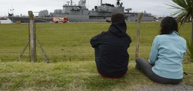 Una pareja contempla a un buque que sale a participar en la búsqueda del submarino ARA San Juan en Mar del Plata, Argentina, el 20 de noviembre del 2017. Foto: AP