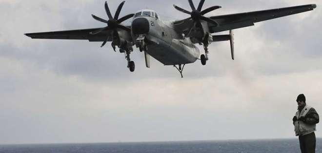 Un avión C-2 Greyhound de la Marina de Estados Unidos se acerca a la cubierta del portaaviones USS Carl Vinson. Foto: AP.