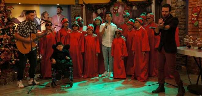 """El coro de niños no vidente """"Notas de luz"""" junto al cantante manabita Maykel.  Foto: En Contacto"""