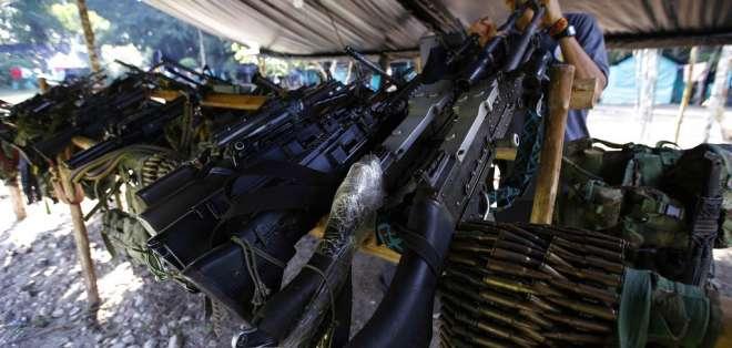 En esta imagen del 28 de febrero de 2017, se muestran armas pertenecientes a miembros de las Fuerzas Armadas Revolucionarias de Colombia, FARC. Foto: AP